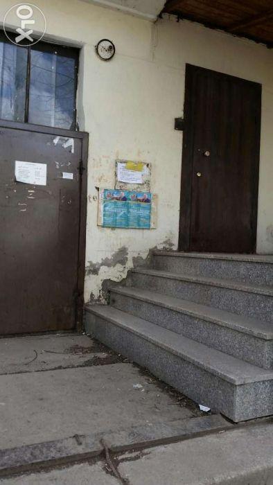 Продаст 3 ком. Квартиру с отдельным входом от подъезда на 1 зт.