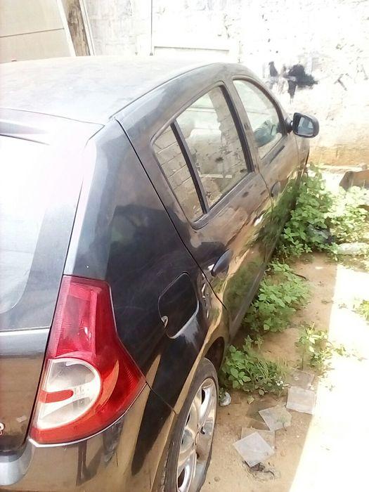 """Vendo este carro """"Renault sandero""""motor desmontado e ta sem a placa"""