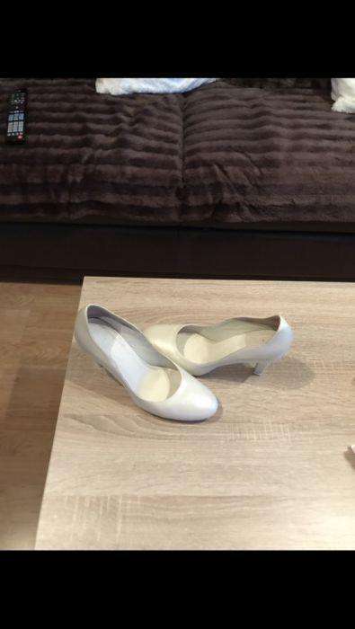 Vand pantofi din piele naturala,foarte comozi.