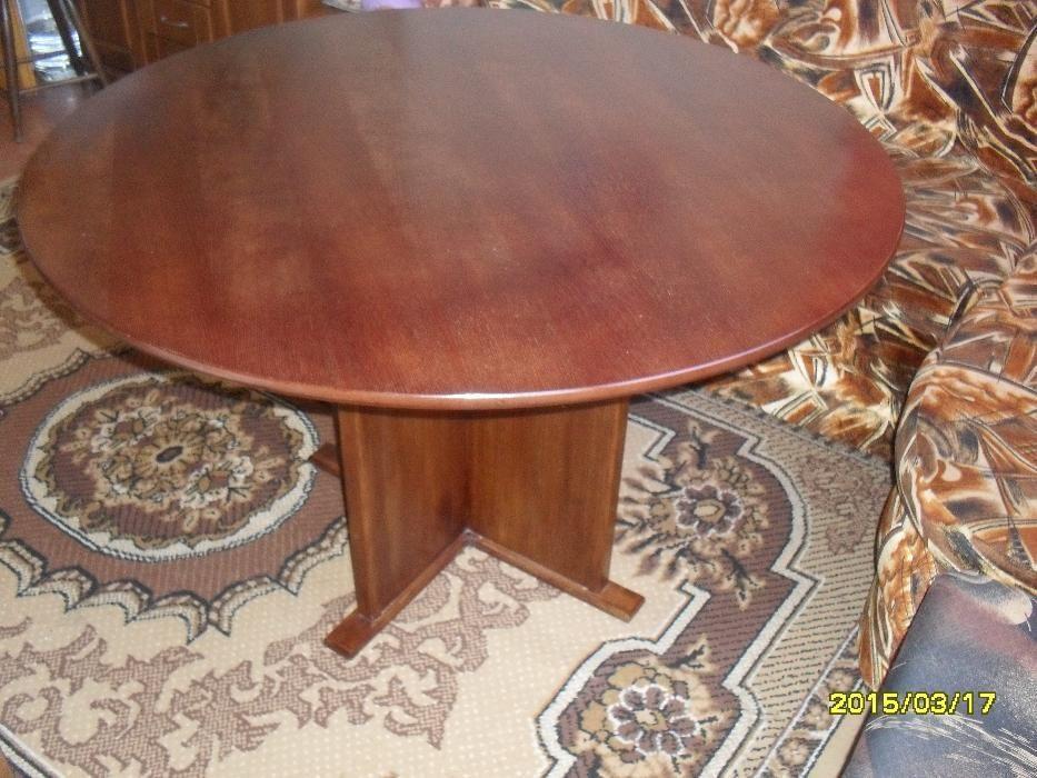 кръгла дървена маса