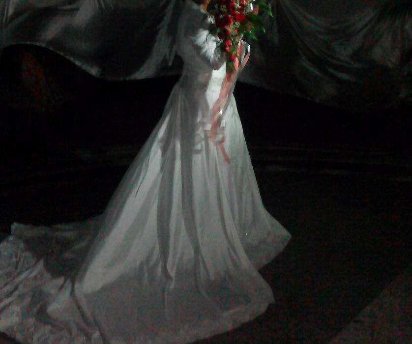 Vestido de noiva branco com cauda longa