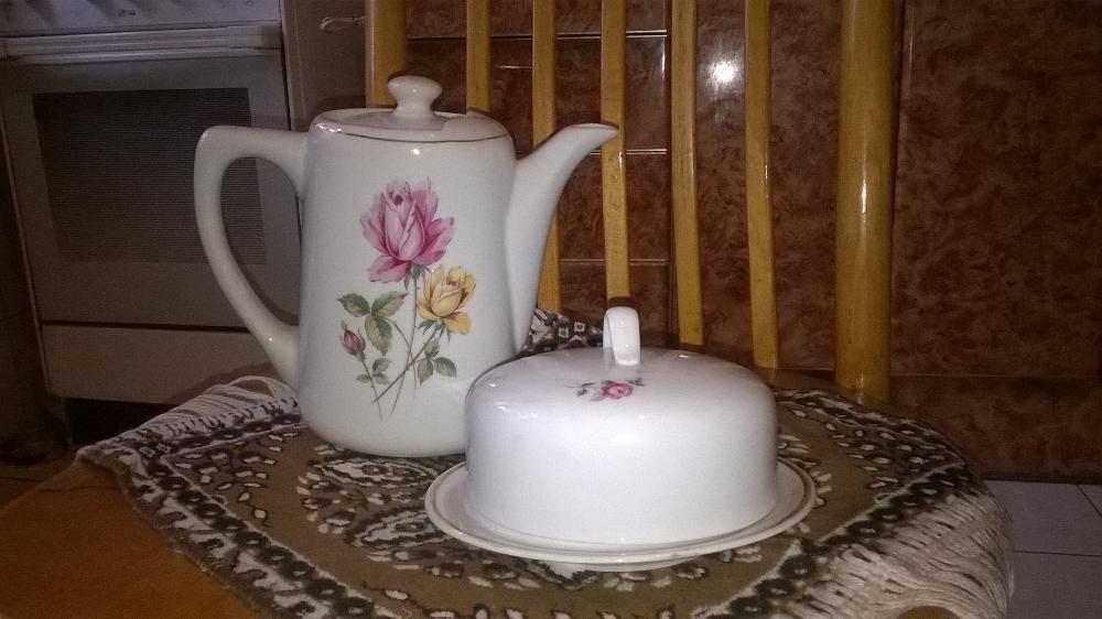 Чайник фарфоровый и масленка.