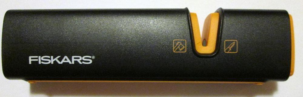 Dispozitiv dublu pentru ascutit topoare si cutite FISKARS XsharpTM