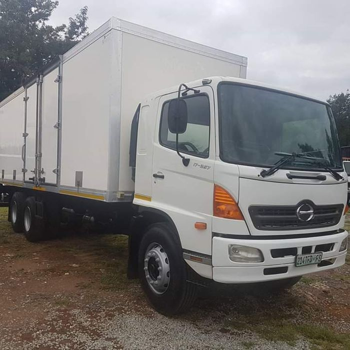 HINO 700 2 eixos a venda na África do sul a 400000 rands