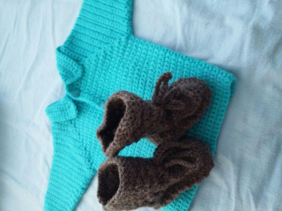 Бебешка плетена жилетка с подарък терлички