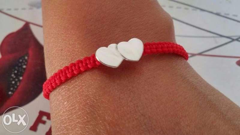 гривна червен конец със сребърни сърчица и топченца, ръчно изработени