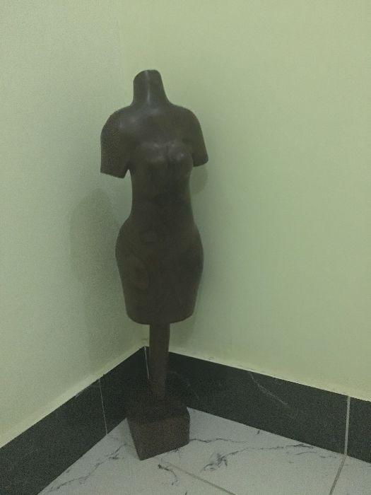 Estatueta em madeira maciça