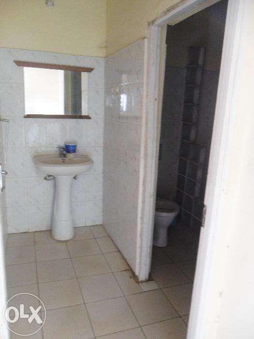 Vende-se/arrenda-se casa no bairro do maxaquene av. flpm Maputo - imagem 8