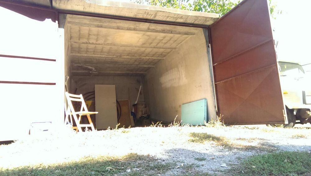 Бетонен гараж.Гаражна клетка с метални врати!