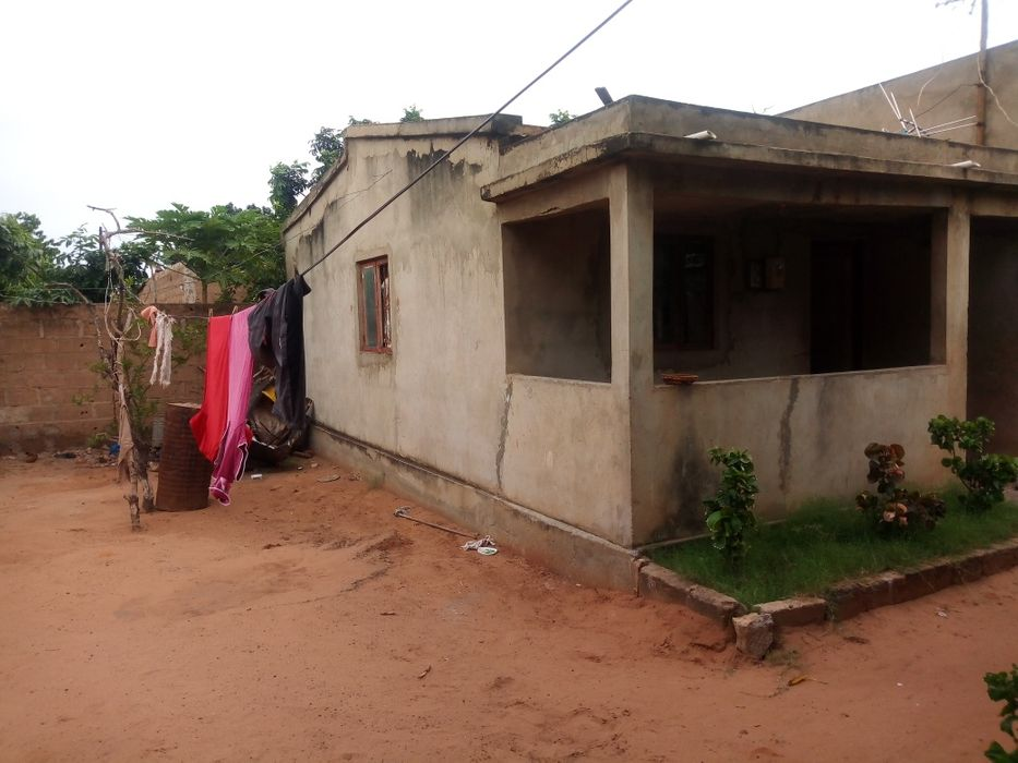 Vende-se casa t2 no Albasine, perto da circular A casa contém 1- va