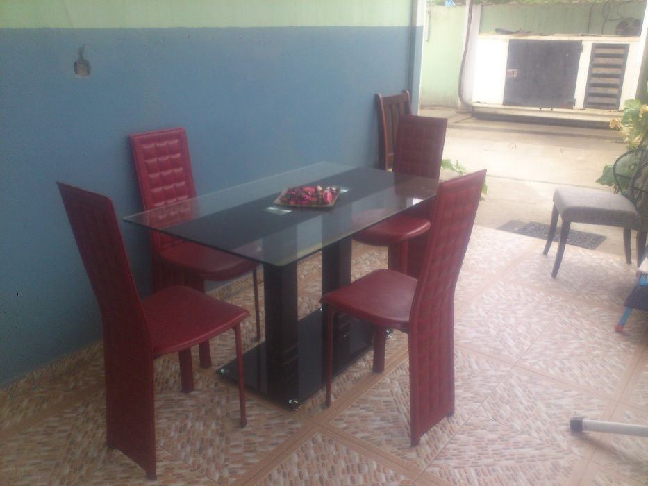 Vende-se conjunto de mesa de jantar com 4 cadeiras