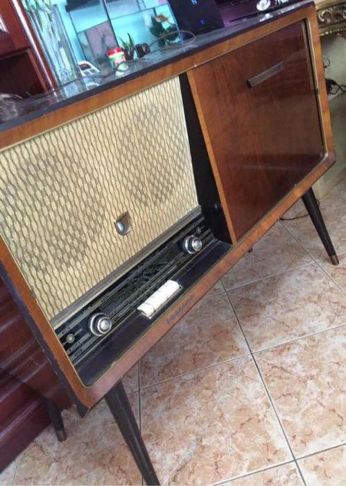 Radio de válvulas e gira-discos dos anos 50 a funcionar