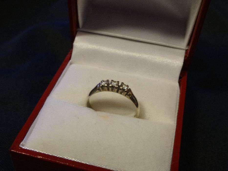 Inel dama din aur alb cu trei diamante naturale