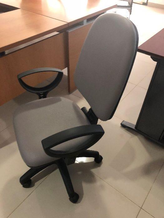 Vendo Cadeira Operativa Pele Cinza c/ Rodas NOVA