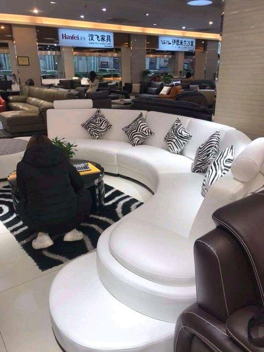 Flamambe lda comércio geral.sofa u famíliar em couro cor branco.