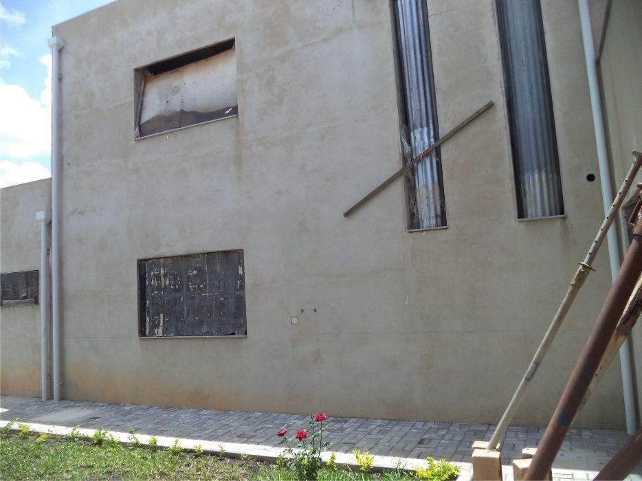 vende-se uma vivenda em acabamentos - Huambo