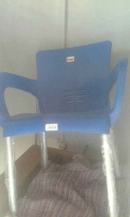 Cadeira plastica com pernas metalica e respirador