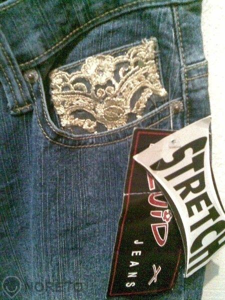 Чисто нови дънки с етикет, със златна дантела при джобовете и крачолит