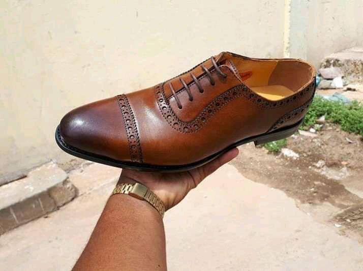 Sapato disponível com várias medidas.