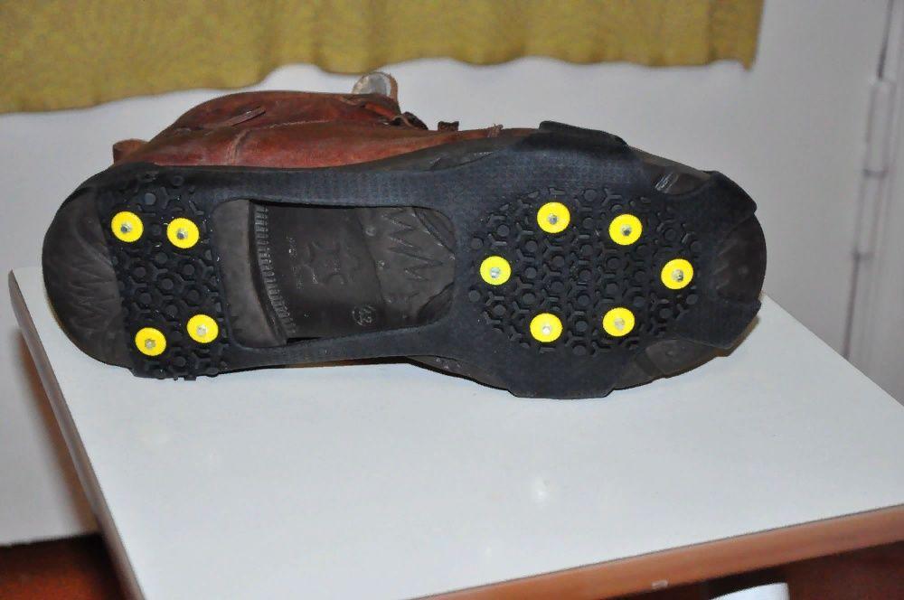 Накладки с шипами на обувь.
