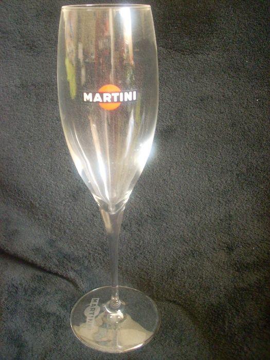 Martini елегантна стъклена чаша с изящно столче