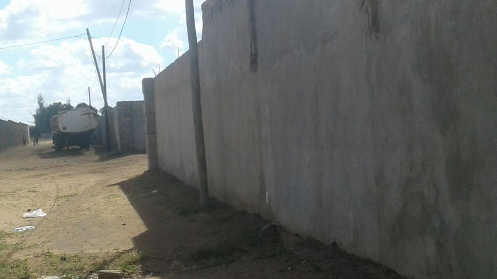 Vende se um terreno murado localização tchumene uma dependência tp2