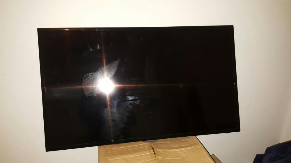 Vând tv Led Samsung 40 inch cu display spart