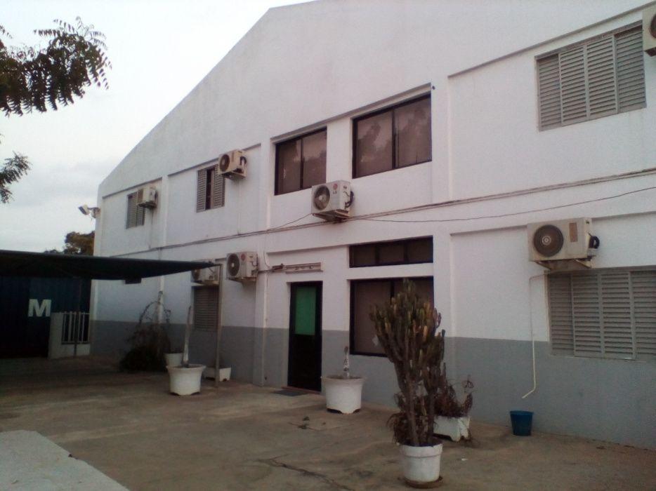 Vende-se um armazém com escritórios no morro Bento