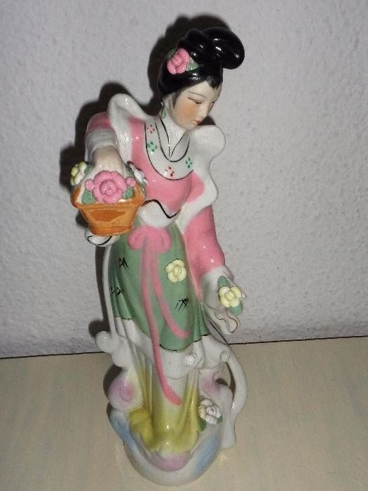 Bibelou din portelan - Chinezoaica cu flori