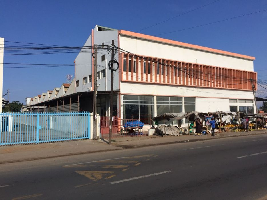 Arrenda-se/ vende-se armazém na av.de Moçambique