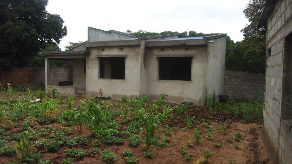 Casa tipo 1 inacabada com Dependência na Vila da Macia