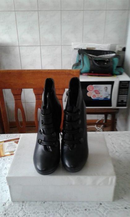 продается пара женской обуви б\у