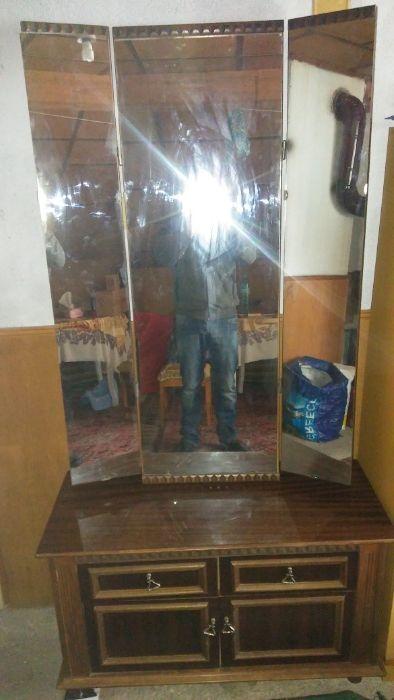 Тоалетен шкаф с тройно огледало