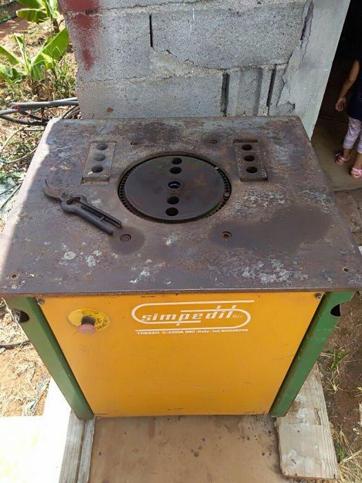 Vende se Maquina industrial de dobrar ferros é duma amiga