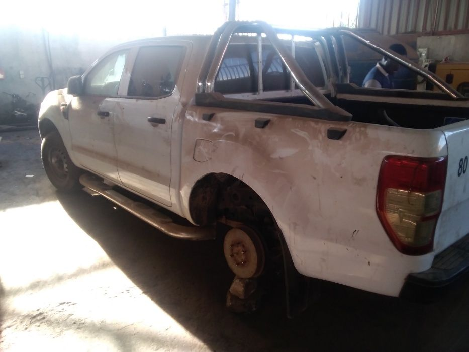 Vende-se esta carcaça de Ford ranger com motor desmanchado
