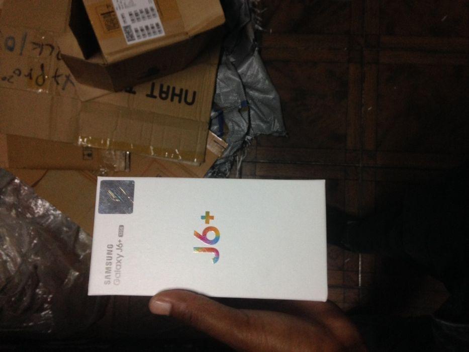 J6 Plus na caixa com todos acessórios