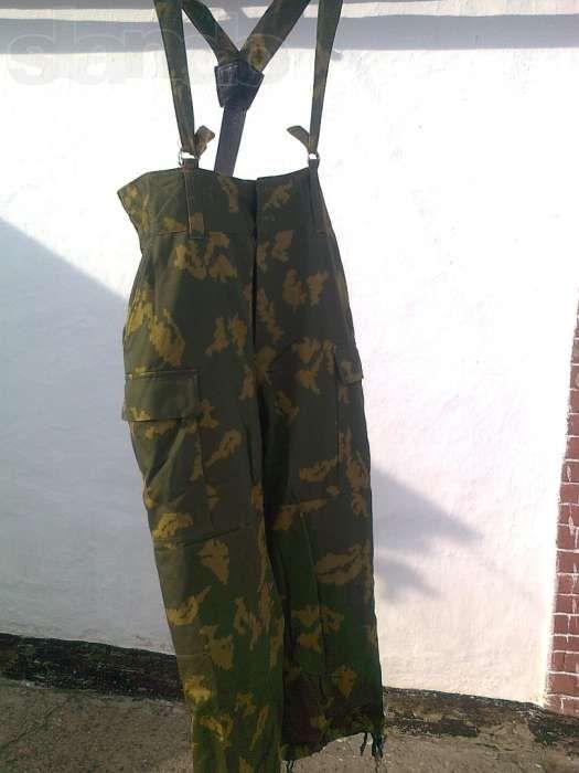 Продам демисезонные камуфлированные брюки с подтяжками.
