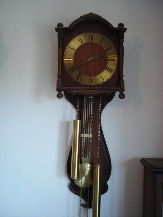 Стар механичен стенен часовник.