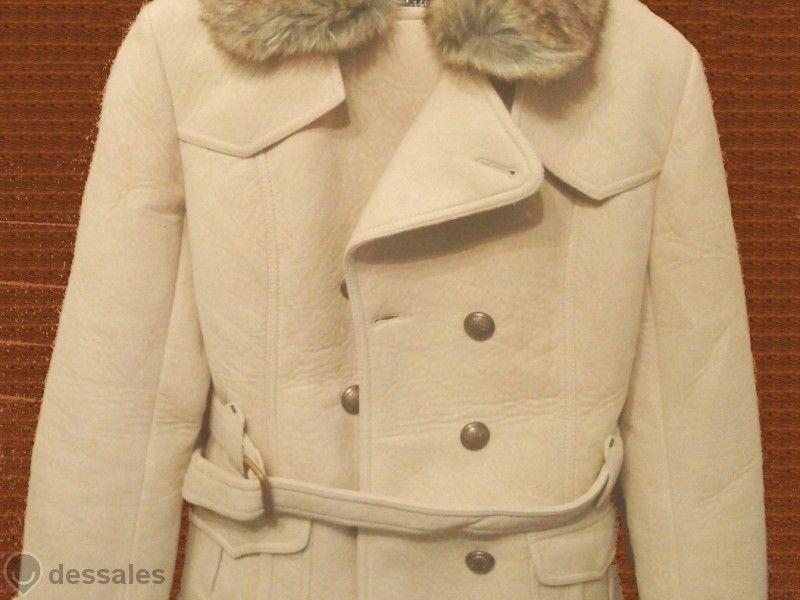 Бежаво пролетно палто с космата сваляща се яка