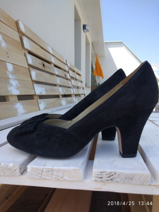 Елегантни велурени обувки Clarks