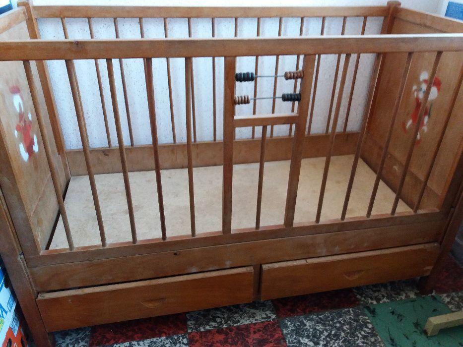 Patut copil mic din lemn si cu 2 sertare