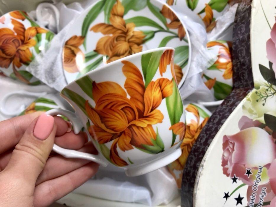 Красивый фарфоровый чайный сервиз