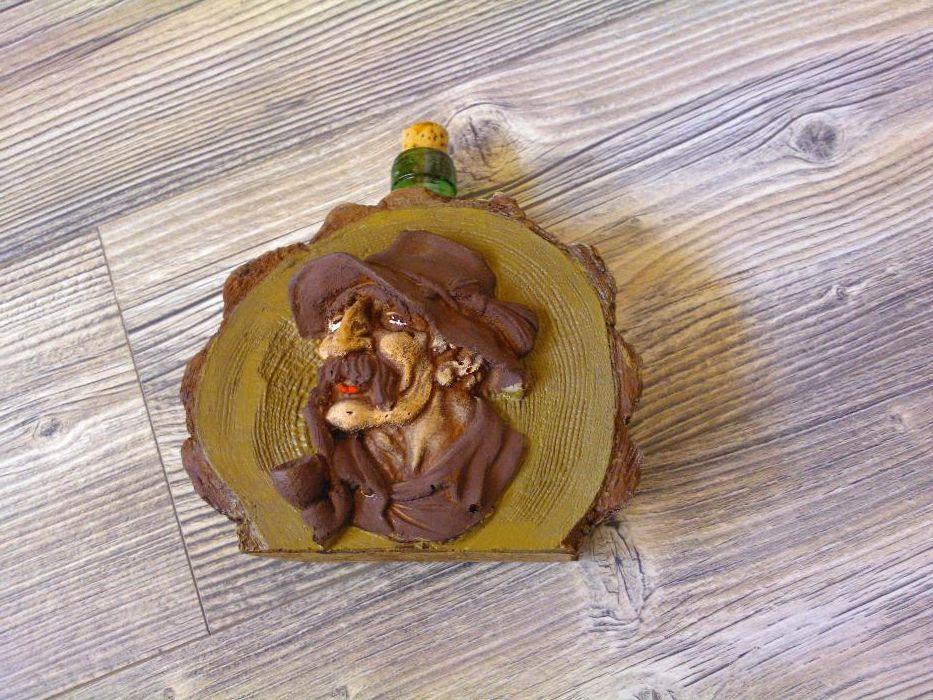 бутилка с дървени фигури