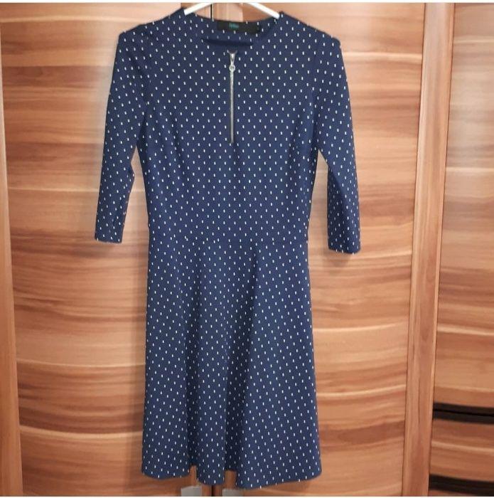 Темно-синее платье в белый горошек