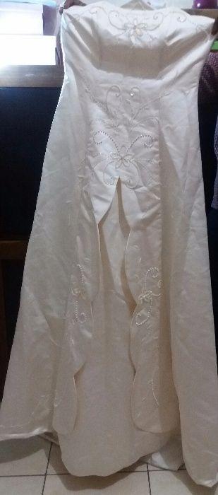 Vestido de noiva com luvas e véu