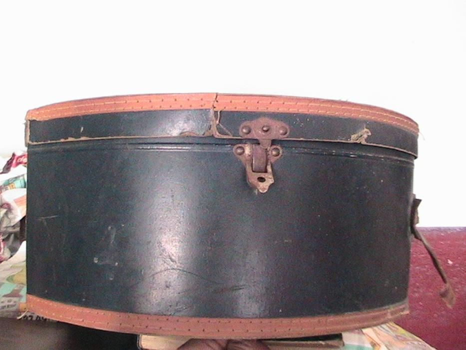 cutie de palarii 2buc veche,piesa de epoca,antic