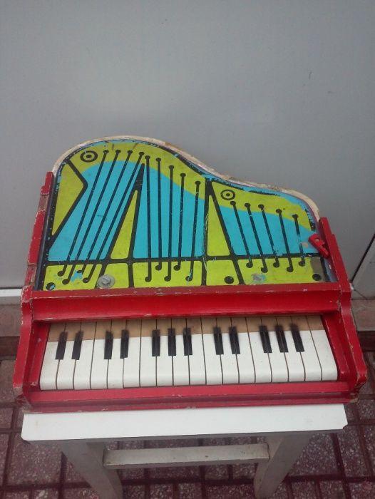 pian jucarie functionabil din lemn vechi 35X35 cm