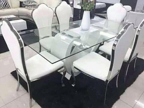 Mesa de 6 cadeiras com tapete disponível