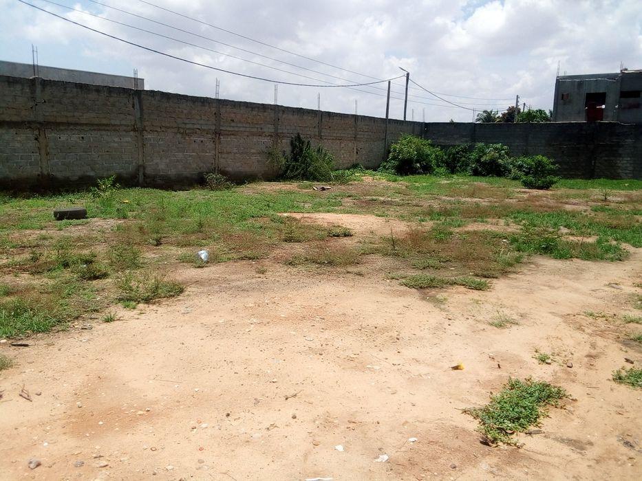 Vende- se terreno no Hoja Henda frente a estrada de1800 metro quadrado