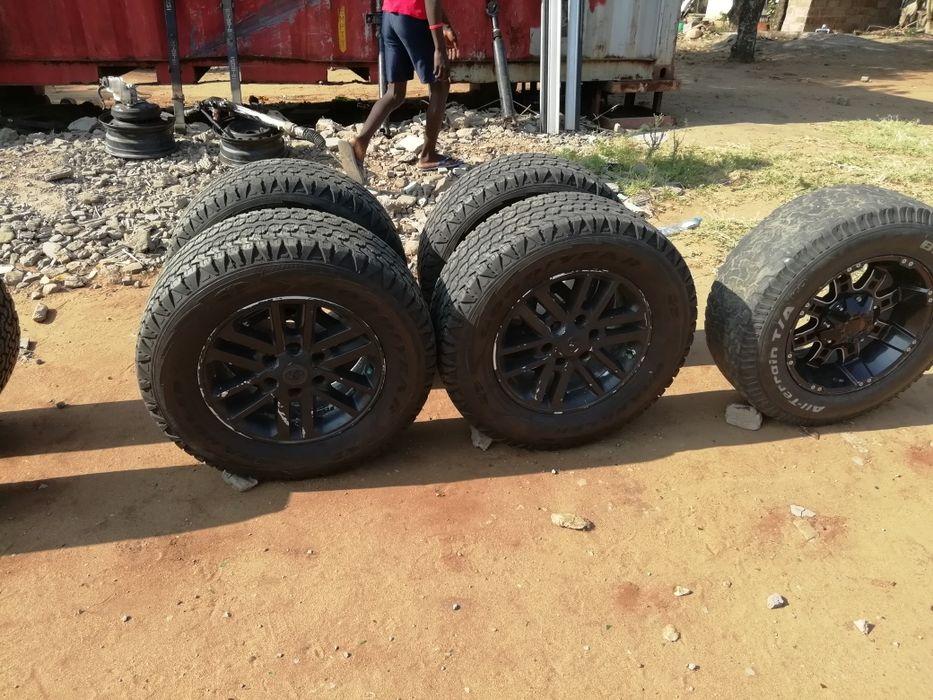 Vendo jogo de pneus e jantes para D4D hilux